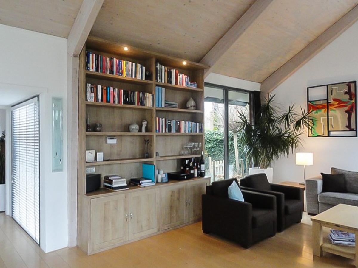 moderne boekenkast met dichte onderkast