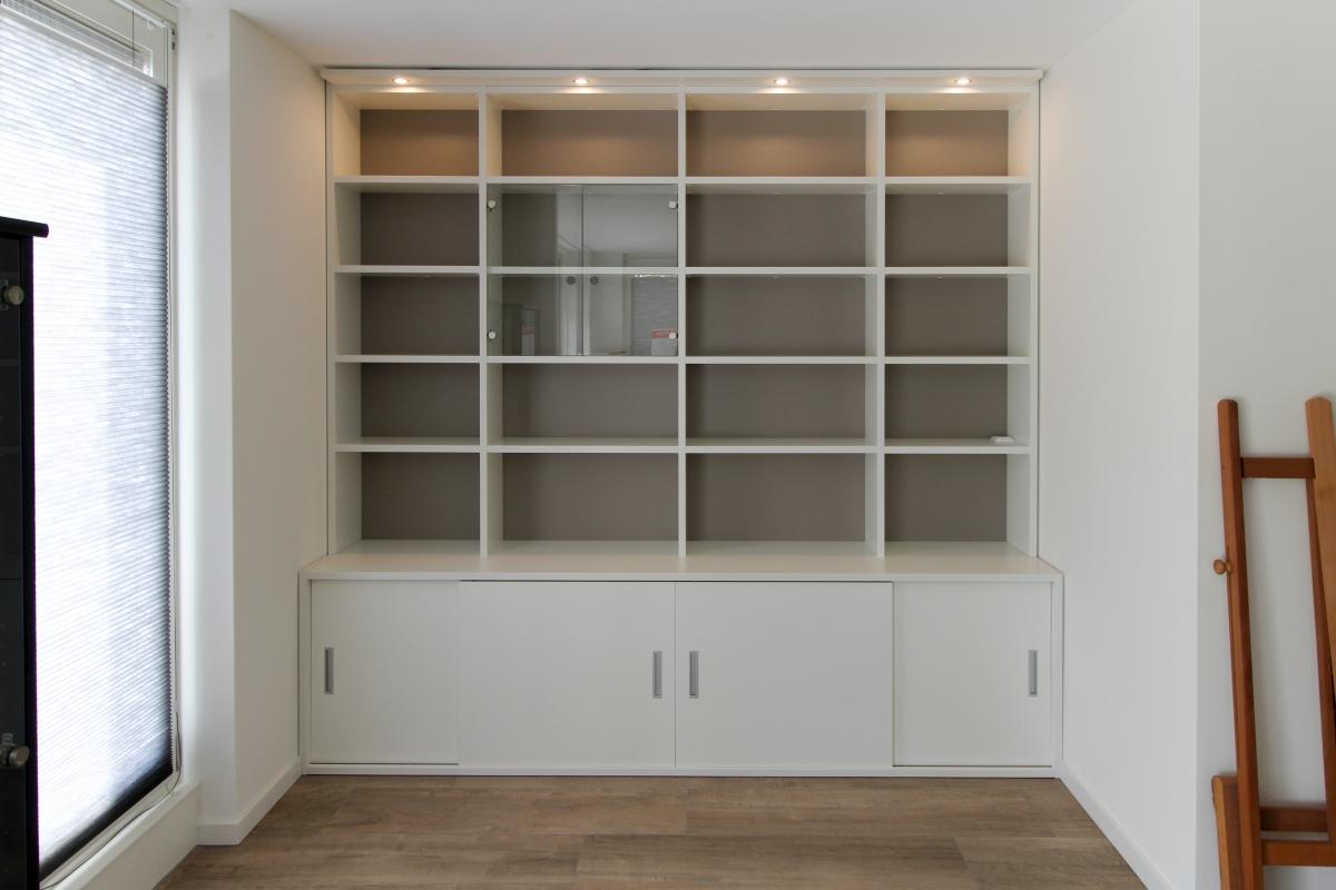 boekenkast met schuifdeuren en glazen deur