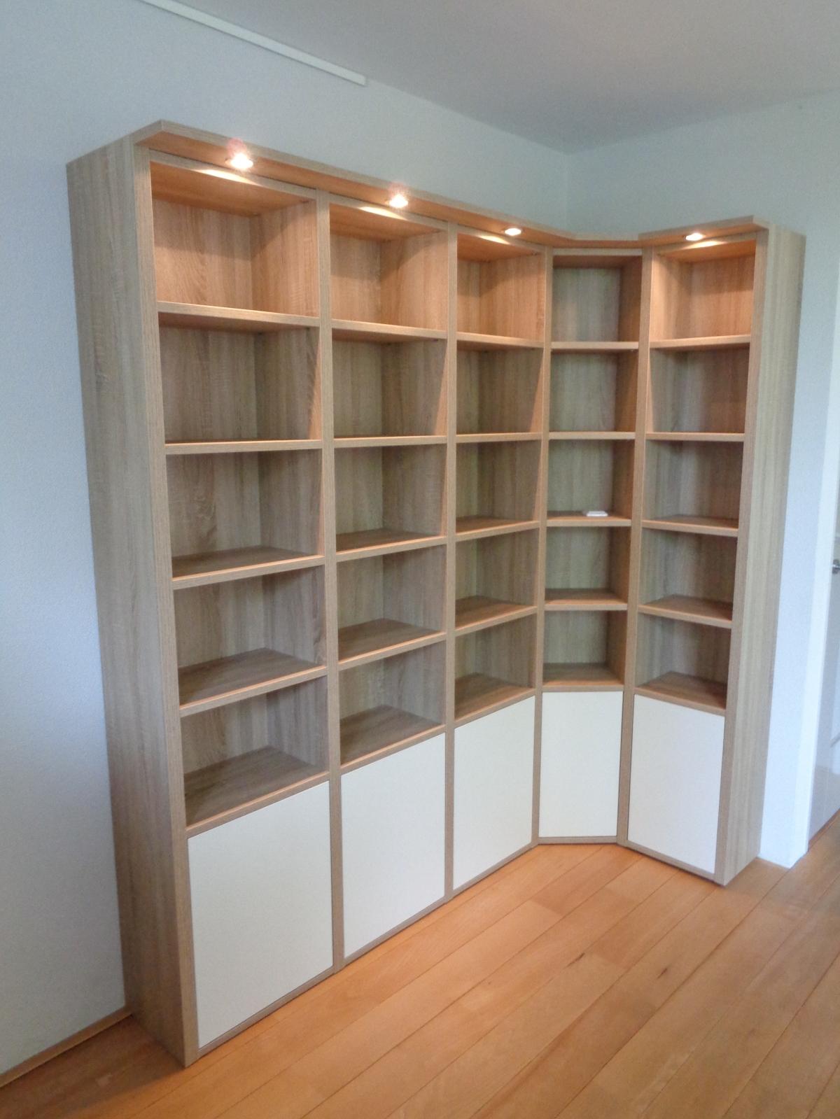 boekenkast met een schuine hoek