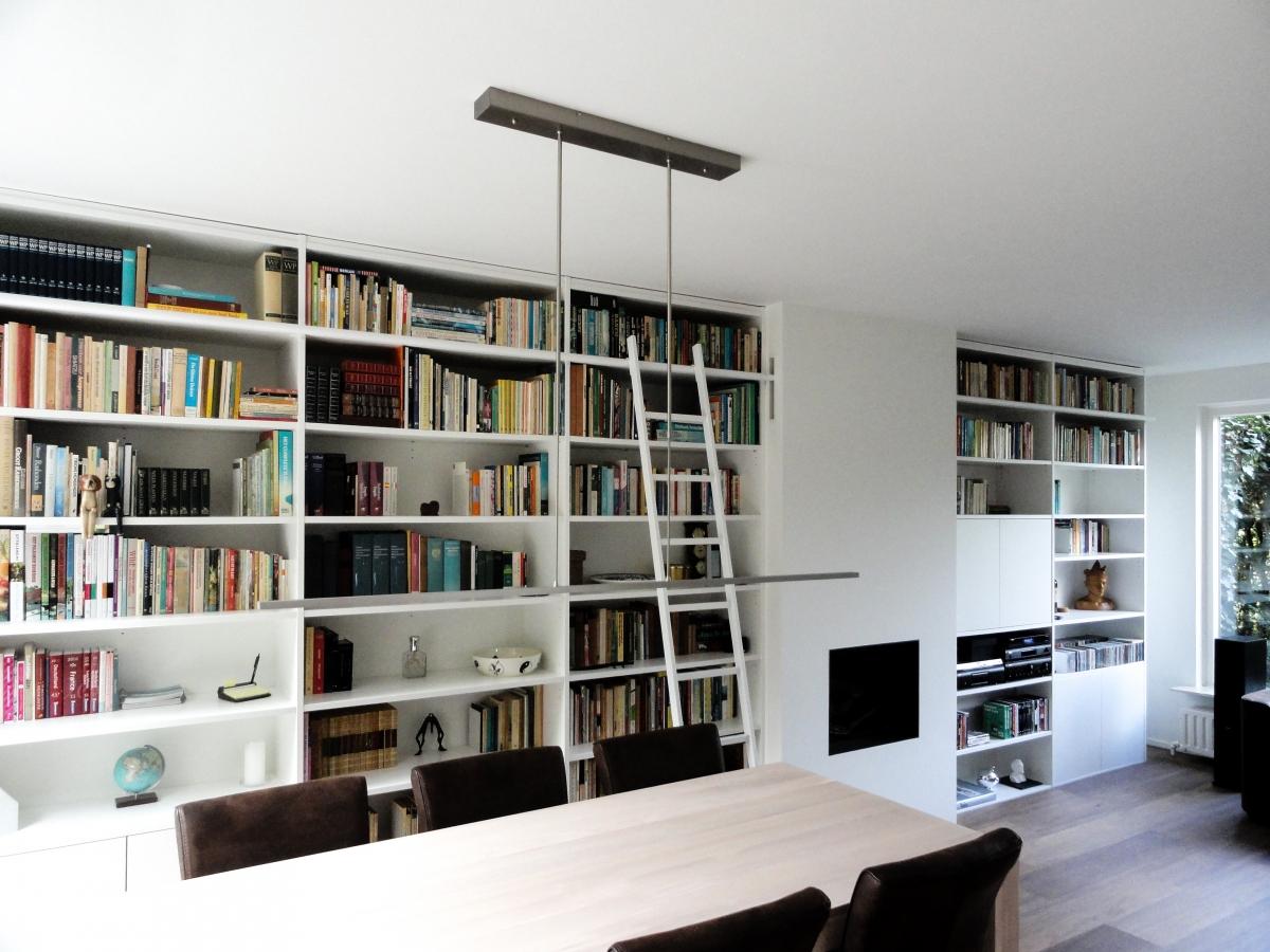 grote boekenkast modern wit met bibliotheekladder