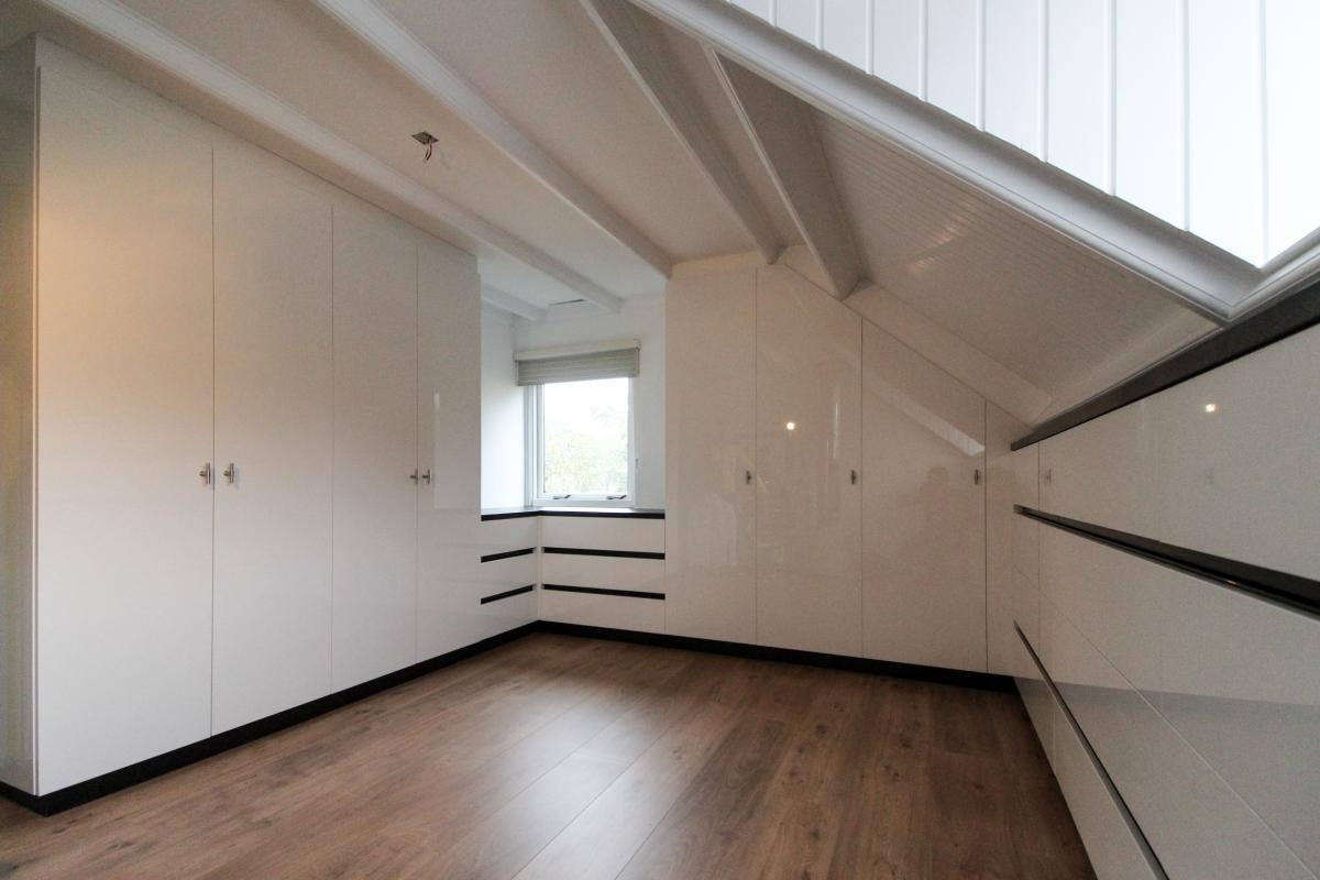 Inloopkast Op Zolder : Een inloopkast of walk in closet op maat ontwerpen en maken het