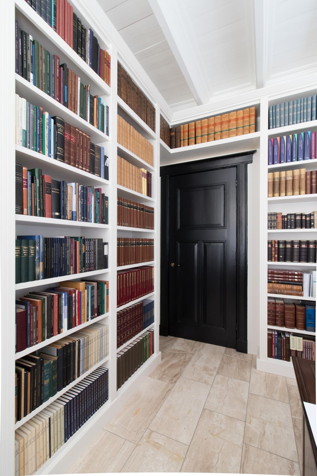 Klassieke Eikenhouten Boekenkast.Kasten Op Maat Van Ontwerp Tot Inbouw Maatwerkkasten Voor Thuis Of