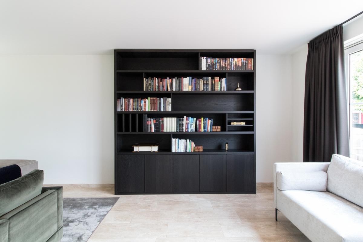 Boekenkast In Woonkamer : Grijze woonkamer met de tribune en de boekenkast van tv stock