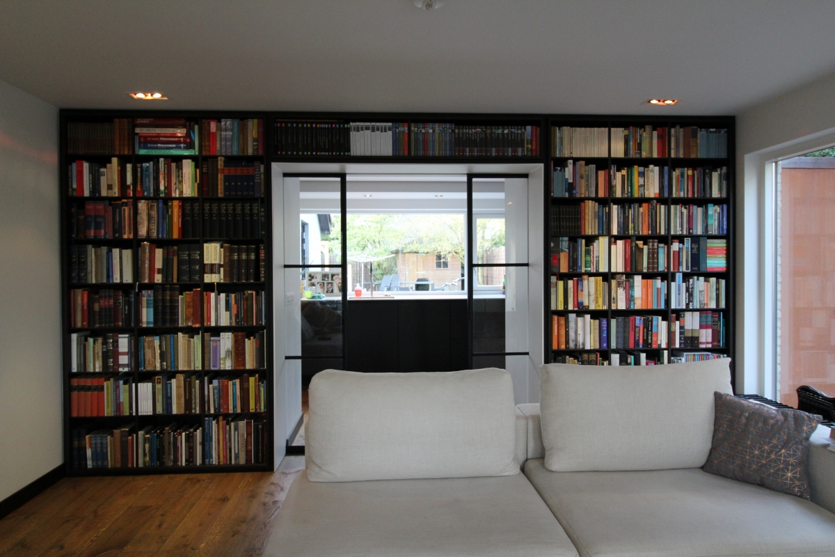 moderne zwarte boekenkast