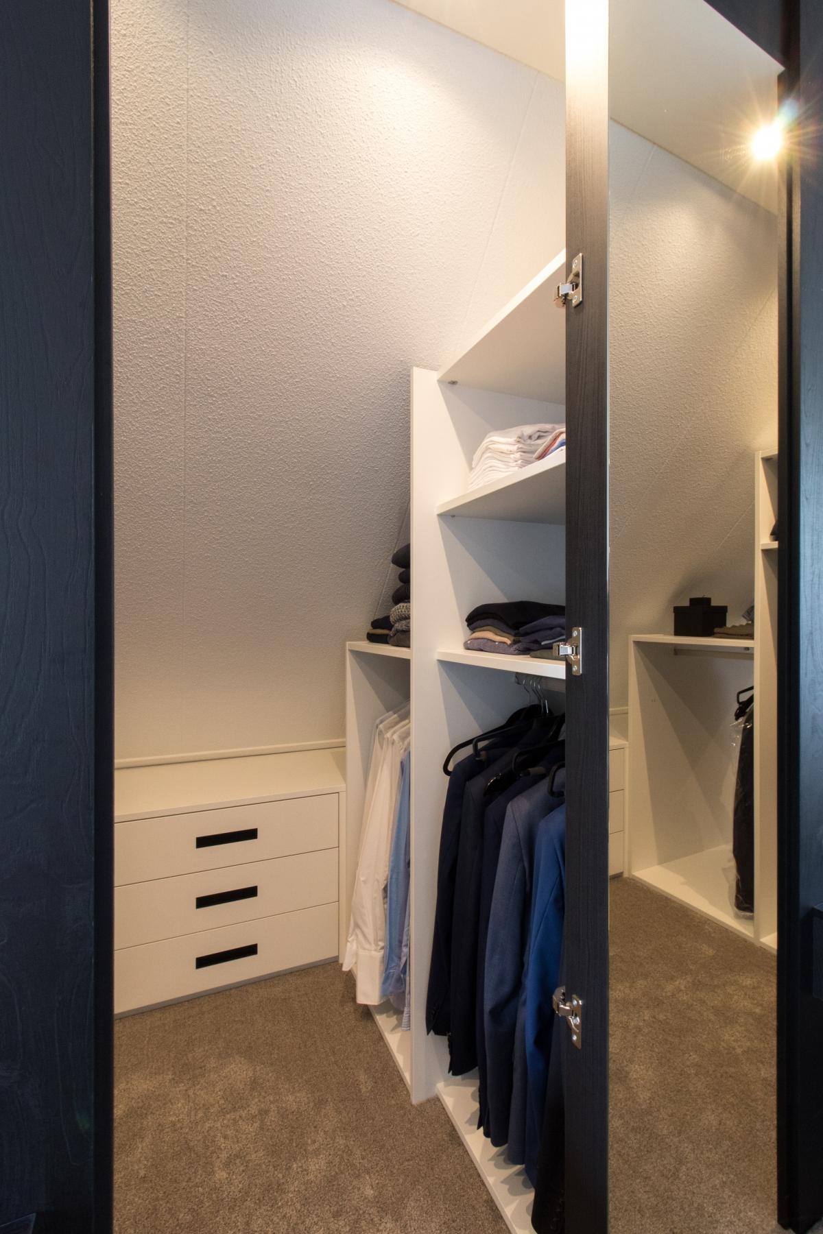 moderne inloopkast met voorzetwand en nachtkastjes in zwarte houtlook