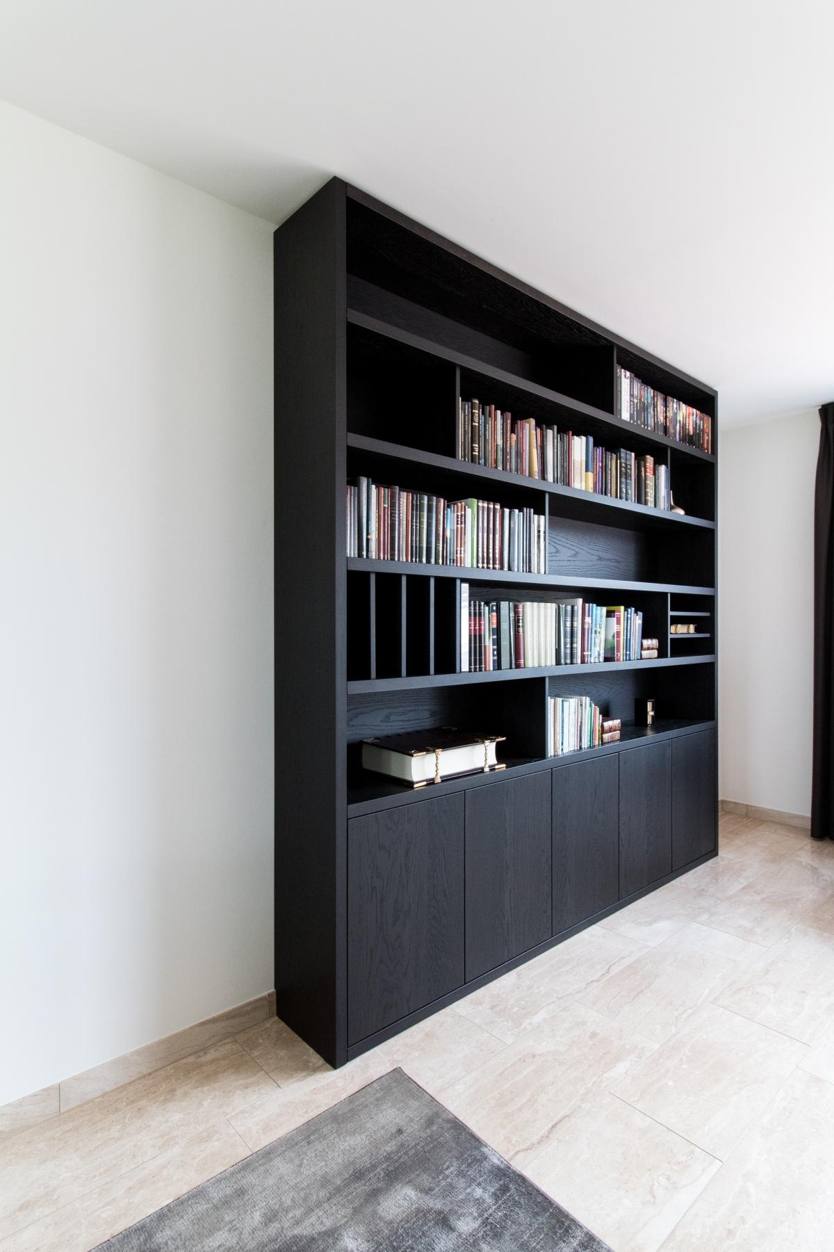moderne boekenkast in eiken fineer