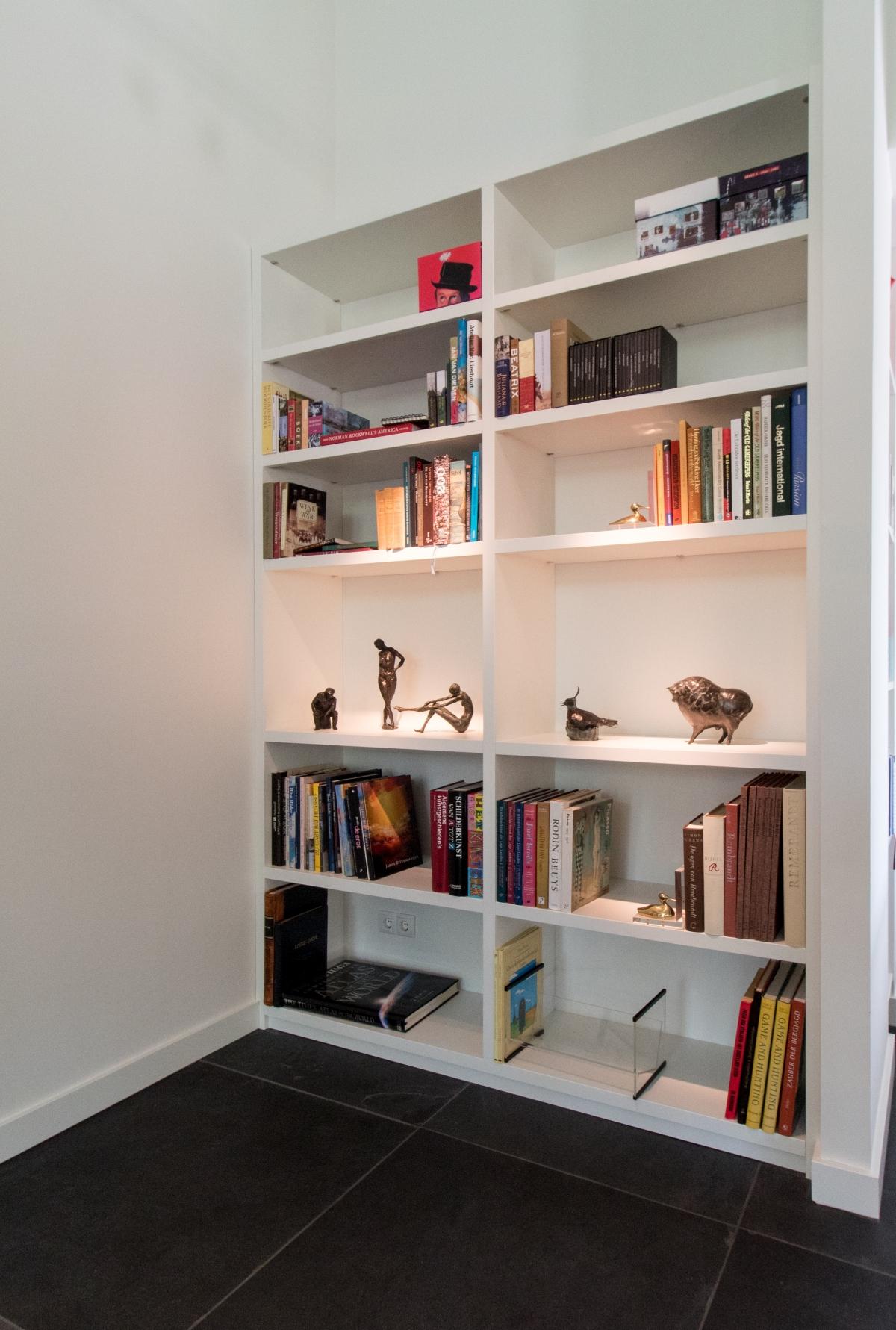 moderne boekenkast in strak wit